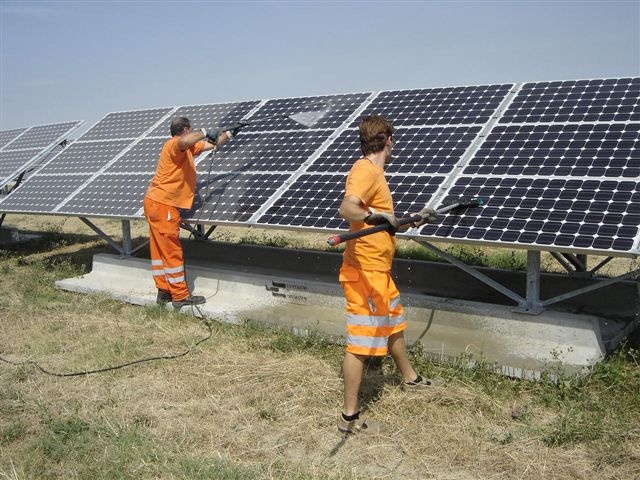 Operazione d lavaggio pannelli fotovoltaici sporchi
